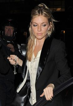 sienna miller 2 can find Sienna miller and more on our website. Style Sienna Miller, Sienna Miller Hair, Business Outfit Frau, Business Outfits, Rocker Style, Rocker Chic, Model Street Style, Mode Inspiration, Siena