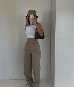 Tomboy Fashion, Teen Fashion Outfits, Retro Outfits, Look Fashion, Streetwear Fashion, Sweat Streetwear, Skater Girl Outfits, Style Streetwear, Skater Girls