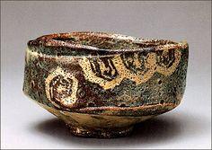 """Gray Shino Glaze Tea Bowl named """"Autumn Leaves at Crests"""", Circa 16th century Momoyama-period, Tokugawa Museum  鼠志野茶碗 銘「峯紅葉」(桃山時代16世紀末期~17世紀初期、高8.9cm/口径14.0cm/底径6.1cm/重487.4g、五島美術館蔵、重要文化財) 「鼠志野」は美濃焼(岐阜県)の一種。器の内側と外側の腰部分までに、美濃で鉄絵に用いる鉄分を含んだ土石(鬼板)と粘土、水を混ぜたもので表面に化粧掛けを施し、亀甲文と桧垣文様の部分を掻き落とし、志野釉を掛けたもの。白く鮮明にあらわれた文様と赤みがかった釉色が美しく、銘はその景色と山道のある口辺から付いたものであろう。伝世する「鼠志野」の茶碗は十碗ほどしかない。近代に入り、国宝「卯花墻」(志野茶碗 三井記念美術館蔵)、重要文化財「山端」(鼠志野茶碗 根津美術館蔵)とともに桃山時代の志野焼を代表する茶碗とされる。"""