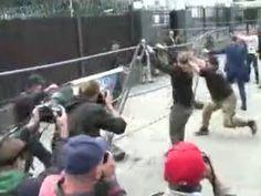 Озверевшие бандиты сносят забор у здания посольства России в Киеве (видео)