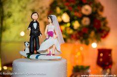 Topo de bolo divertido com noivo na prancha e cachorro do casal