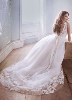 Scoop Appliques Chapel Train Tulle Ball Gown Wedding Dress Wjl0043