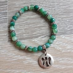 Armband van 6mm groen band agaat met metalen sierkralen en een plaatje met een engel uitdruk. Van JuudsBoetiek, €11,00. Te bestellen op www.juudsboetiek.nl.