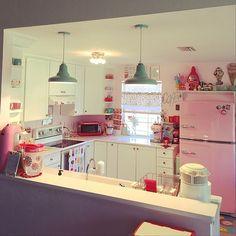女性で、4LDKのascaso/家電/ピンクピンクピンク/ジェダイ/グラスベイクリプトンスープマグ/グラスベイク…などについてのインテリア実例を紹介。「レトロキッチン家電」(この写真は 2015-07-16 06:15:21 に共有されました) Warm Kitchen, Kitchen Redo, Kitchen Design, Cosy Interior, Home Interior Design, Interior Architecture, Cocina Shabby Chic, Estilo Retro, Home Bedroom