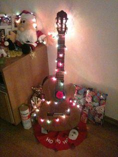Simples e diferente: um violão decorado com luzinhas coloridas fez as vezes desta árvore de Natal. A ideia estilosa foi de nossa repórter do Casa.com.br, Clara Vanali.