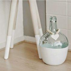 Ideas que mejoran tu vida Diy Bottle, Bottle Art, Bottle Crafts, Wood Bead Garland, Beaded Garland, Diy Crafts Hacks, Diy Craft Projects, Bottles And Jars, Glass Bottles