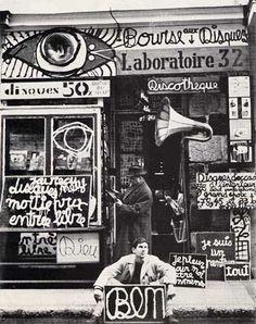 Magasinben: Nombre d'artistes des années 1960 ont eu un atelier-magasin, où il créaient leurs œuvres et vendaient toute sorte d'objets: l'exemple le plus connu est Le Magasin de Ben Vautier, artiste majeur de Fluxus en France. Dans ce espace, où tous les artistes de la Côte d'Azur se croisaient, l'art se mêlait avec la vie: à côté de pièces produites par l'artiste, on pouvait trouver des disques, livres, toutes sortes d'objets.