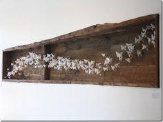 Painel em madeira de demolição e dobraduras de papel, assinado por Wendy Hanson
