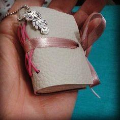 Sim, sim. ..cabe na palma da mão e pode ser seu. #minibook #encadernação #creativeartscrap #handmade #lovebook