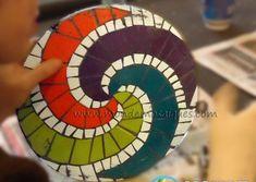 TAller espirales mosaico Mosaic Artwork, Mosaic Wall Art, Mosaic Diy, Mosaic Crafts, Mosaic Projects, Craft Projects, Opus Vermiculatum, Mosaic Planters, Mosaic Stepping Stones