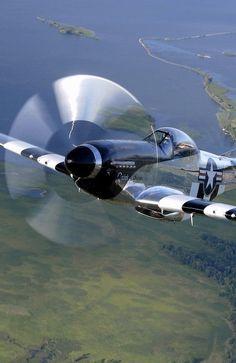 P-51D Mustang. P-51 #MUSTANG O North American Aviation P-51 Mustang foi um caça norte-americano de longo alcance com motor a pistão, usado na Segunda Guerra Mundial, na Guerra da Coreia e outros conflitos. Durante a Segunda Guerra, pilotos de Mustang alegaram terem derrubado 4.950 aeronaves inimigas, perdendo apenas para o Grumman F6F Hellcat entre os caças dos Aliados.