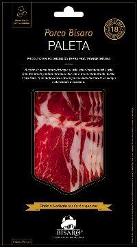 Paleta de porco Bísaro Produzida a partir de carne de porco Bísaro, que se caracteriza por ser uma carne com elevado nível proteico e pela sua gordura intramuscular, o que torna a carne marmoreada, macia e muito suculenta, e que atribui um paladar e textura distintos ao produto. A Paleta é o resultado de um período de cura superior a 18 meses em processo natural.