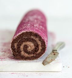 """Vi har fået lov at dele kogebogsforfatter Maja Vases fantastiske chokoladeroulade. Den er snuppet fra bogen """"Majas kager"""" – og opskriften får du her!"""