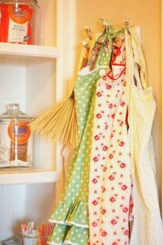 "Simple Truth: ""It's best to start any cooking task by putting on a cute apron."" I'm pretty sure I made that rose print apron. Chelsea, Plum Jam, Sugar Pie, Cute Aprons, Sewing Aprons, Aprons Vintage, Vintage Tablecloths, Down On The Farm, Look Vintage"