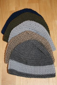"""Crochet Beanie Ravelry: Worsted Weight Hat (Basic Beanie) pattern by Alicia Bergin - I call this pattern """"old reliable"""". It works well with a range of thick yarns and is adaptable to a range of styles, including ear flaps and brimmed versions. Crochet Adult Hat, Crochet Men, Crochet Beanie Hat, Beanie Pattern, Crochet Crafts, Crochet Stitches, Crochet Projects, Free Crochet, Knitted Hats"""
