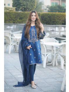 Pakistani Party Wear Dresses, Simple Pakistani Dresses, Pakistani Fashion Casual, Designer Party Wear Dresses, Pakistani Dress Design, Indian Designer Outfits, Pakistani Outfits, Indian Outfits, Stylish Dresses For Girls