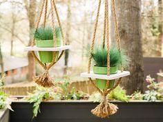 Creatief zijn hoeft niet duur te zijn. Deze hangende plantenbakken zijn gemaakt van een hout en touw. Stap 4.