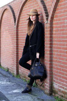cappotto pelliccia camicia leopardata borsalino pantaloni neri biker boots borsa prada look outfit fashion blogger 3