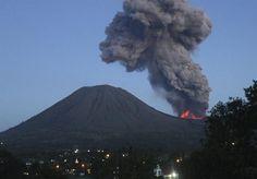 """O vulcão Lokon entrou em erupção na Indonésia. O país tem cerca de 500 vulcões e está localizado no no chamado """"anel de fogo"""" do Pacífico, uma região com grande atividade sísmica - http://glo.bo/16To4rR (Foto: Stringer/Efe)"""