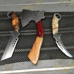 Damascus Steel Hatchet, Tanto Blade, and Karambit with Adorned Wooden Grips Cool Knives, Knives And Tools, Knives And Swords, Bushcraft, Knife Throwing, Boot Knife, Beil, Survival Knife, Survival Gear