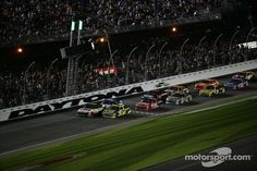 Final Restart at the Daytona 500 w/ Matt Kenseth & Greg Biffle fighting for the lead