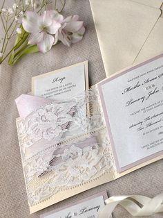 Convite estilo vintage em renda cortada e presa como bolso para encaixe da papelaria de loja do Etsy  Os 10 convites de casamento mais pinados na Itália | Revista iCasei