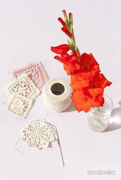 New crochet trying this week. Crochet lace motifs on my work table and a bit of extra color :o) Nuevas pruebas de ganchillo: Ideando nuevas muestras de encaje de ganchillo, en mi mesa de trabajo esta