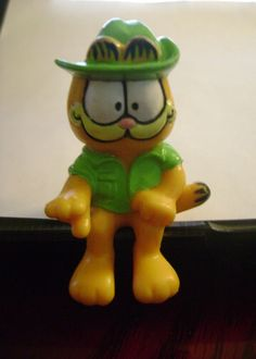 GARFIELD rubber toy PVC figure 1981 sitting green cowboy hat United Feature Synd