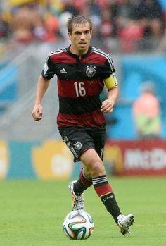 Philipp Lahm atua como meio-campista e lateral direito. Sua eficiência em ambas as posições o credenciou a entrar na seleção da Copa: nota 9,39