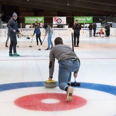 Curling Yeah! Wir durften den Sport - auch Schach des Eises genannt - am Mittwoch in Füssen ausprobieren. Als Vorschau auf die olympischen Winterspiele nächstes Jahr hat @eurosport uns eingeladen zusammen mit dem Team der deutschen Nationalmannschaft der Damen zu trainieren. Es hat mega viel Spaß gemacht. Ihr wollt Curling auch testen? Für Firmen oder Gruppen ist es möglich nach Terminvereinbarung die Basics von Curling zu lernen.#curling #fuessen #füssen #allgäu #bayern #bavaria #sport…