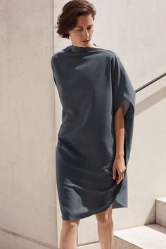 COS is a contemporary fashion brand offering reinvented classics and wardrobe essentials made to last beyond the season, inspired by art and design. Mature Fashion, Fashion Over 50, Minimalist Dresses, Outfit Combinations, Dress Cuts, Contemporary Fashion, Long Tops, Elegant Dresses, Fashion Brand