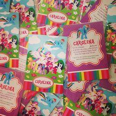 También hacemos invitaciones para fiestas infantiles.. esta fue para el Cumple de Carolina de mi pequeño Pony :) Invitaciones My Little Pony, Rainbow Dash, Equestria Girls, Mlp, Pop Tarts, Mariana, Fiesta Invitations, Fiesta Party Favors, Themes For Parties