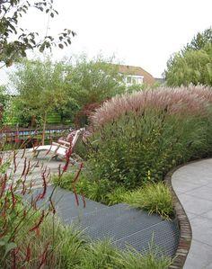 Met organische vormen en zwierige groepen siergrassen en bloemen breng je dynamiek in de tuin