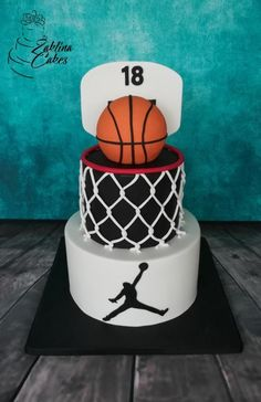 Got a sports lover? This basketball cake is so fun! Consider having your bakery . - Got a sports lover? This basketball cake is so fun! Consider having your bakery make a sports themed cake for your guy! Got a peanut butter and chocolate lover? Cake Tumblr, Cake Cookies, Cupcake Cakes, Cake Fondant, Cake Icing, Cupcake Party, Buttercream Cake, Basketball Party, Basketball Birthday Cakes