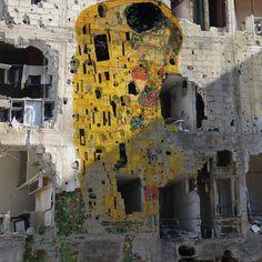 """O Beijo"" de Klimt entre os escombros de guerra da Siria. Autor, Tammam Azzam"