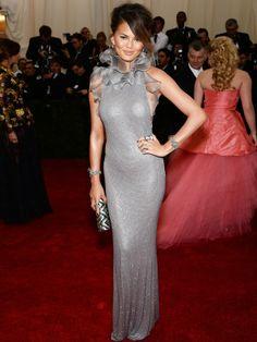 Chrissy Teigen A modelo, mulher do cantor John Legend, usou um longo prateado da grife Ralph Lauren. AFP - AFP / Agência