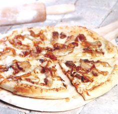Barbecue pizza pan with caramelized onions Barbecue Pizza, Bbq Table, Confort Food, Mets, Caramelized Onions, Vegetable Pizza, Food And Drink, Vegetarian, Chicken