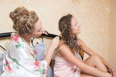 Muy buenas ideas de coletas con trensas, para rubias o morochas, con cabello corto o largo, tenemos muchas ideas para ti. Buenas Ideas, Girls Dresses, Flower Girl Dresses, Wedding Dresses, Fashion, Templates, New Hairstyles, Pig Tails, Blondes