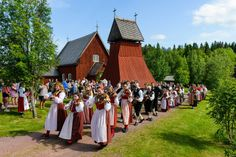 Midsummer celebration in Eversberg, Dalarna, Sweden. About Sweden, Red Houses, Swedish Style, Folk Costume, Costumes, Folklore, Finland, Denmark, Norway