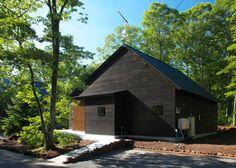 今回紹介するのは、澄んだ空気と豊かな自然に囲まれた北軽井沢にある週末住宅です。通り土間やテラスがある1階空間は、将来のこ…