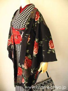 お待たせいたしました、豆千代WEBに待望の新作着物が入荷いたしました。 「街に咲く薔薇」のコーディネート一式、いずれも新作の着物・羽織・帯 が揃っての...