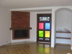 Sala con puerta en Vitral de colores y trabajo en madera.