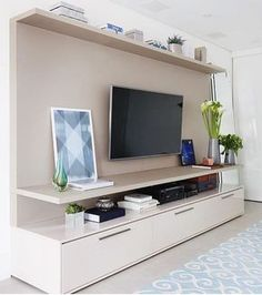 Estou apaixonada pelo @apedaluthai  amei o painel da TV super clean e moderno, as cores são eternas e o tapete em tom de azul super se destacou em volta das cores neutras!! ☺️Foto: Mariana Orsi