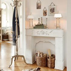 Die Holzkörbe im Kamin sind hübsch! Mehr Consoles, Fake Fireplace, Live In Style, Design Your Home, Home And Living, Entryway Tables, Sweet Home, Shabby Chic, Decoration
