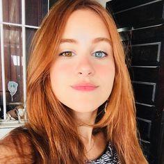 A linda da ✨ Que ficou ruiva clareando os cabelos com o spray de camomila Biondina sem descolorir, tingir ou tonalizar! Stunning Redhead, Beautiful Red Hair, Stunning Girls, Beautiful Eyes, Hello Beautiful, Pretty Eyes, Cool Eyes, Heterochromia Eyes, Red Hair Woman