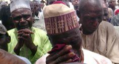 Pais nigerianos choram após receberem notícias sobre o rapto de suas filhas, na última segunda-feira (28/3). Foto: Voice of America/Governo dos Estados Unidos