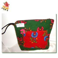 Rengarenkoku: pazen divitin makyaj çantası(2)Divitin pazen kumaşlardan hazırladığımız makyaj çantası.30*25 ölçülerinde hazırlandi.icyuzeyi siyah kapitone kumaştan.iç ve dış cepleri yerleştirildi yine kumaş sapı kullanıim kolaylığı sağlıyor.sağlıklı kumaşları özel tasarımları sevenlere otantik bir hediye ..