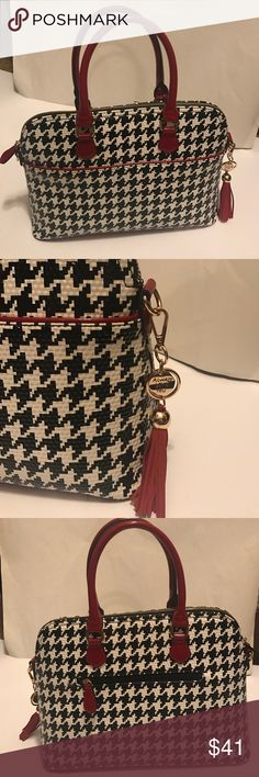 Houndstooth Satchel with Crossbody strap Houndstooth Satchel with Crossbody strap with three huge inferior pockets and an exterior zippered pocket Bags Satchels