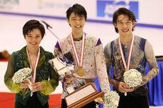 フィギュアスケートの全日本選手権・男子で優勝し、笑顔を見せる羽生結弦(中央)。左は2位の宇野昌磨、右は3位の無良崇人=北海道・札幌市の真駒内セキスイハイムアイスアリーナ(2015年12月26日)