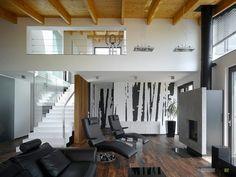 Деревянные балки на потолке в гостиной и черно-белые обои